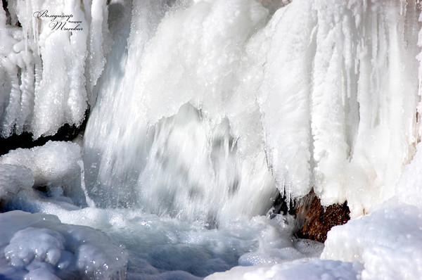 В сеть попали зрелищные фото замерзшего равнинного водопада0