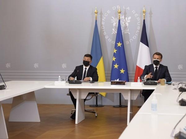 Президент Франции написал твит на украинском0