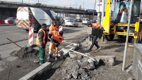 На некоторых дорогах Киева до понедельника ограничат движение