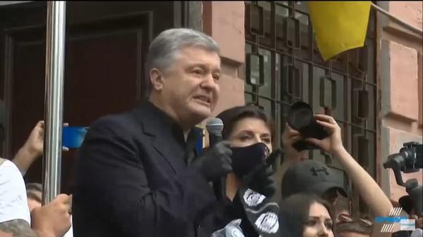 Петр Порошенко у здания суда