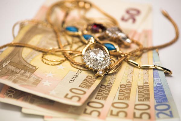 2573af9b4503 Украинцы начали чаще обращаться в ломбарды - эксперты - Деньги ...