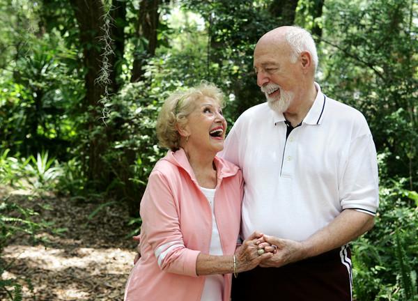 Израильские пенсионеры весело проводят время в домах престарелых