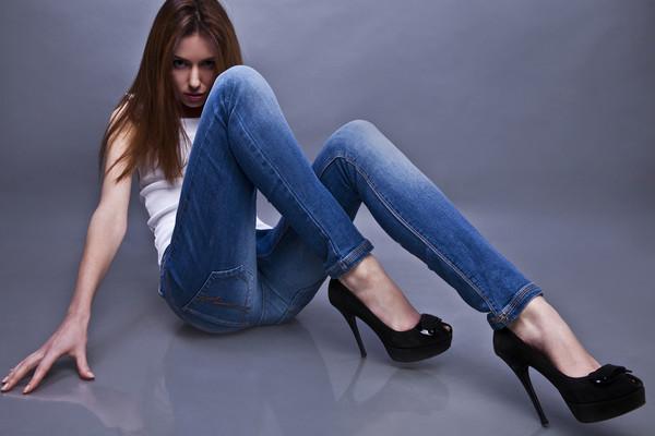 Девушка становится раком в джинсах, элитная шалава сургута вера