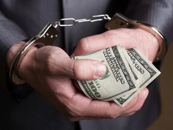 У жителя Новотроїцька зловмисники викрали 8000 доларів США