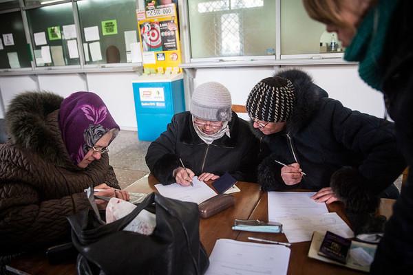 Фонд прекращает выплату пенсий через российские банки
