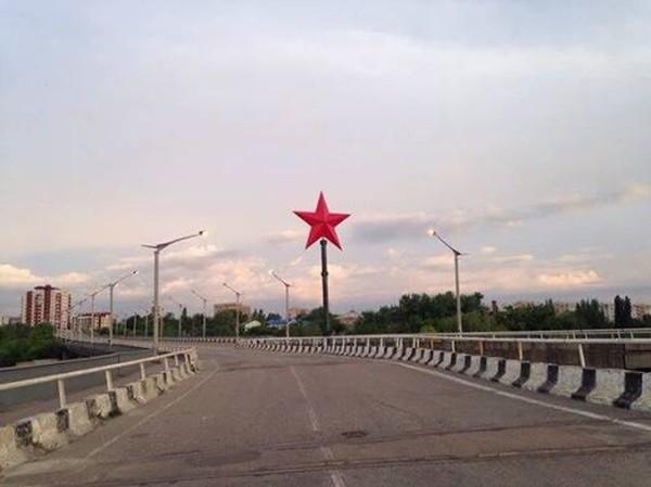 В Луганске появилась большая красная звезда