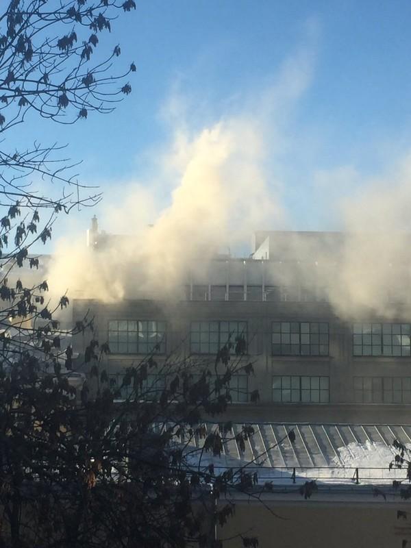 В центре Москвы горит ЦУМ.Спасатели проводят эвакуацию посетителей из здания