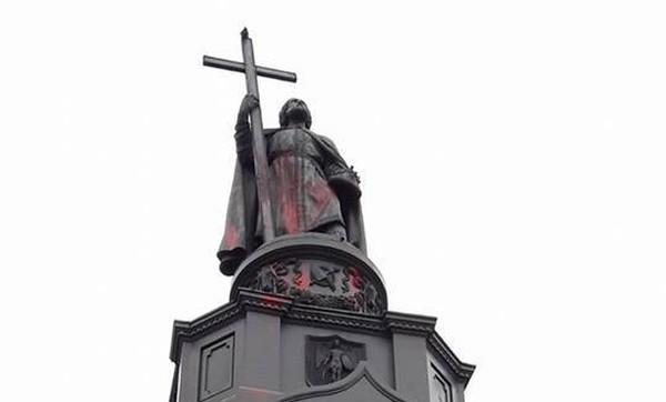 В Киеве красной краской облили памятник князю Владимиру Великому