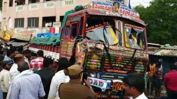 В Индии грузовик сбил опору ЛЭП и протаранил толпу: много жертв