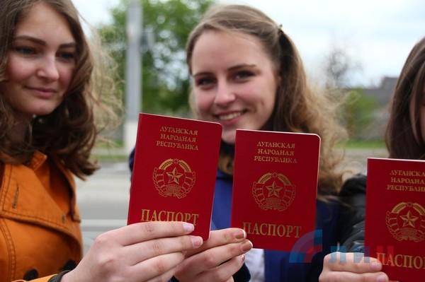 """В ДНР и ЛНР благодарны Путину за признание """"паспортов"""""""