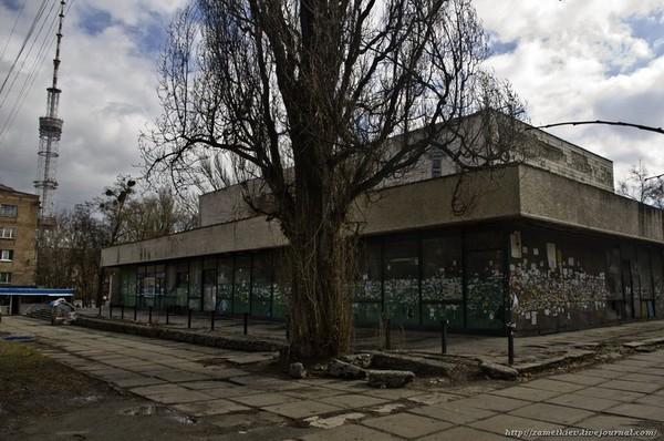 Киевляне взялись самостоятельно восстанавливать заброшенный кинотеатр им. Гагарина