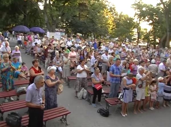 Счастливые севастопольцы аплодируют песне про Сталина