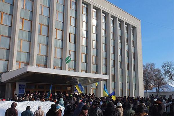 Митингующие согласились покинуть здание.