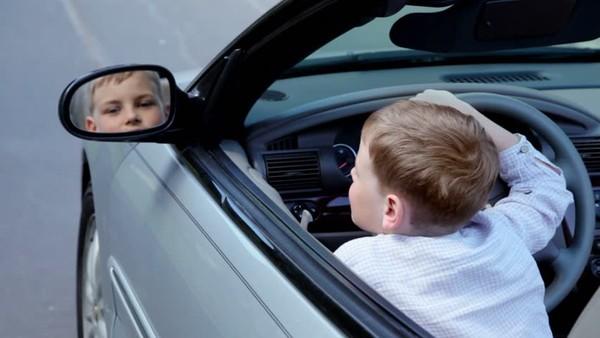 Ребенок научился водить благодаря видео на YouTube.