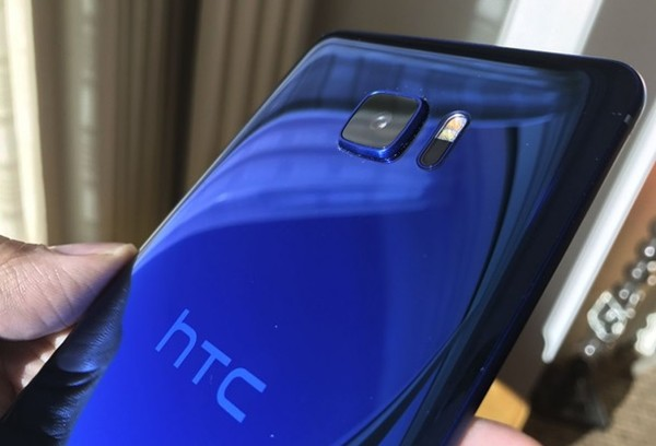 Фото смартфона HTC U Ultra с дополнительным дисплеем попало в Сеть