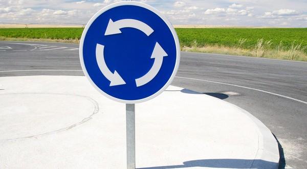 Преимущество получают автомобили, которые уже движутся по кругу