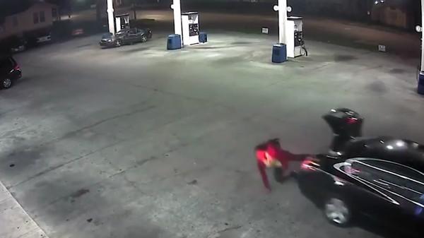 Женщина выскочила из багажника.