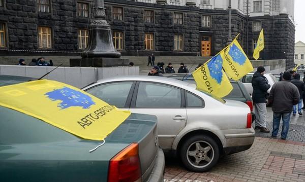 Активисты требуют легализовать вождение на европейской регистрации