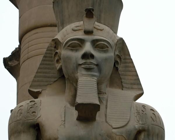 Каменная статуя Рамзеса Второго в Луксоре