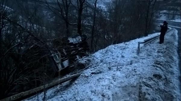Автобус съехад с дороги в обрыв и перевернулся