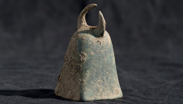 Бронзовый колокол, найденный в святилище