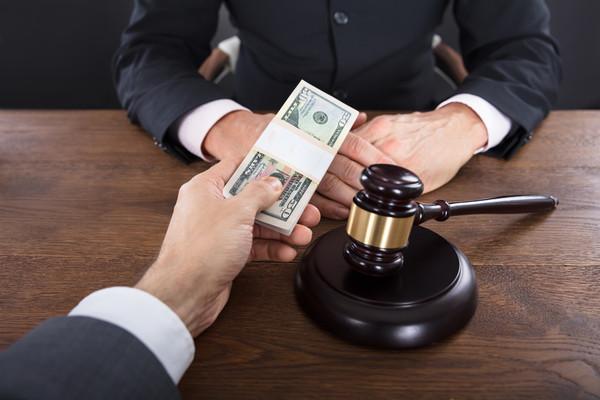 """Украинским бизнесменам часто приходится """"договариваться"""" с судьями"""