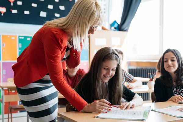Зарплаты в полтора раза сейчас повышают только учителям школ