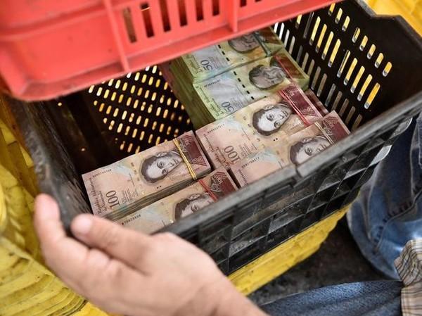 Весы вместо кассы: жители Венесуэлы начали взвешивать деньги для оплаты покупок