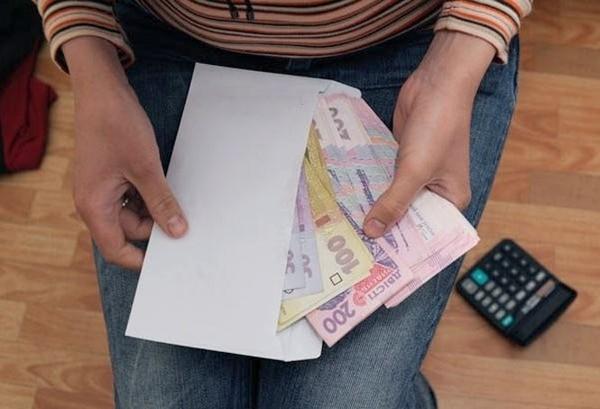 Большинство украинцев получают зарплату в конвертах