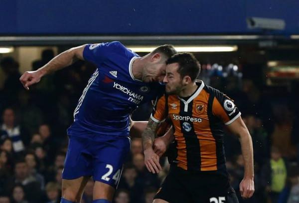 Момент столкновения футболистов головами
