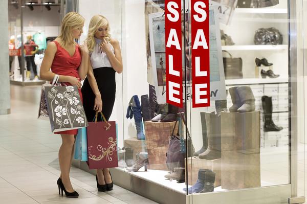 Покупая вещь на распродаже прошлого сезона, ты рискуешь не попасть в тенденции моды