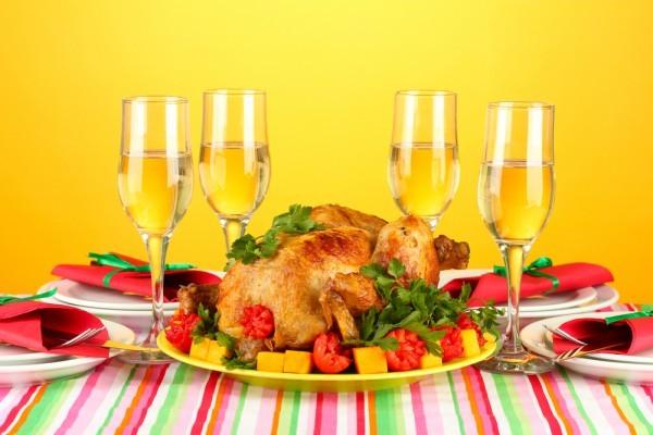 Запеченную в духовке курицу подавай с овощным гарниром