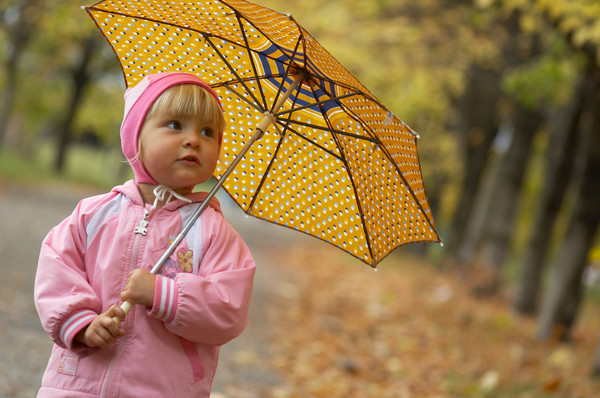 В холодную дождливую погоду следи за тем, чтобы верхняя одежда ребенка была непромокаемая и непродуваемая