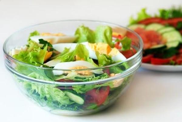 Новогоднее меню достаточно тяжелое, поэтому стоит приготовить салаты из легких продуктов