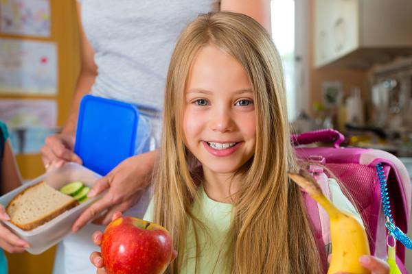 Ребенок будет есть здоровые продукты с удовольствием, если привлекать его к процессу приготовления пищи и красиво сервировать тарелки