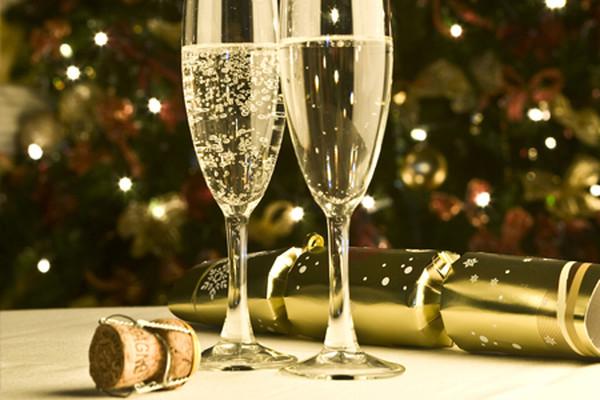 Ты можешь украсить новогодние бокалы золотой фольгой