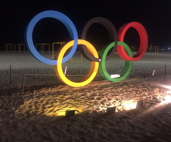 Олимпийские кольца на пляже Капокабана