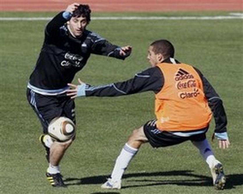 Диего Милито (слева), AP