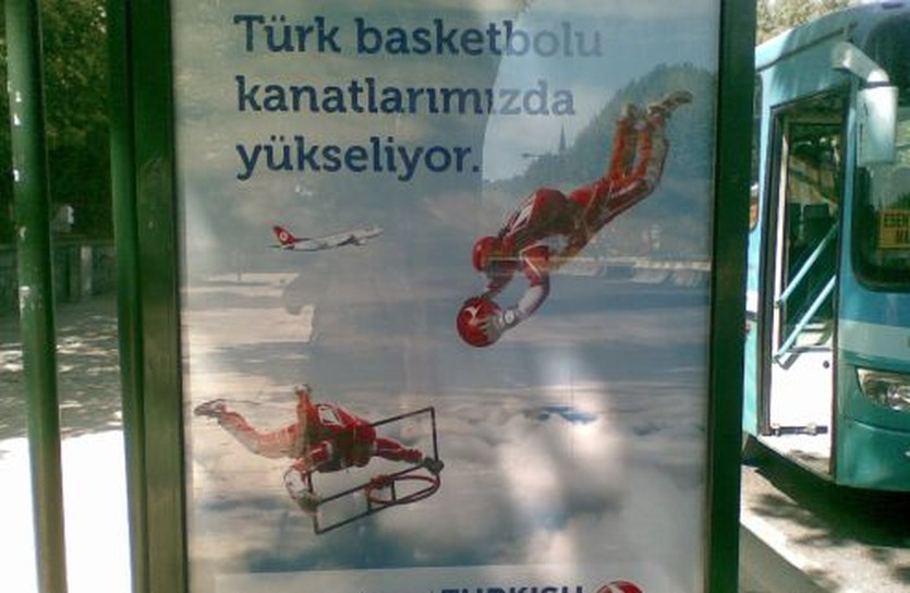 Именно так турецкие авиалинии рекламируют мундиаль, фото автора