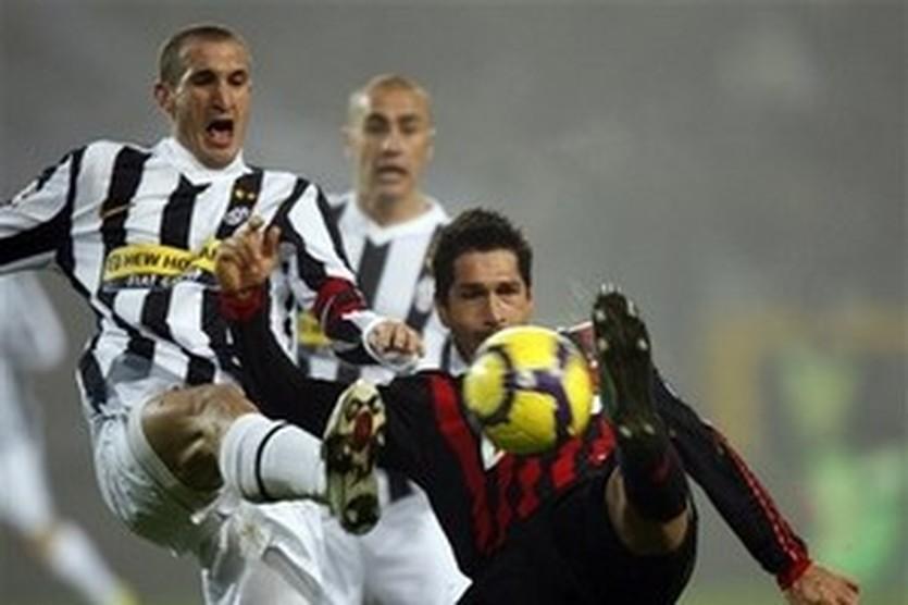 Кьеллини (слева) против Борьелло, AP