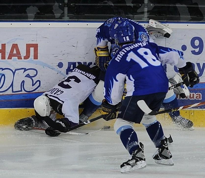 В последней встрече команд в Броварах на льду было очень жарко. Фото Илья Хохлов, iSport.ua