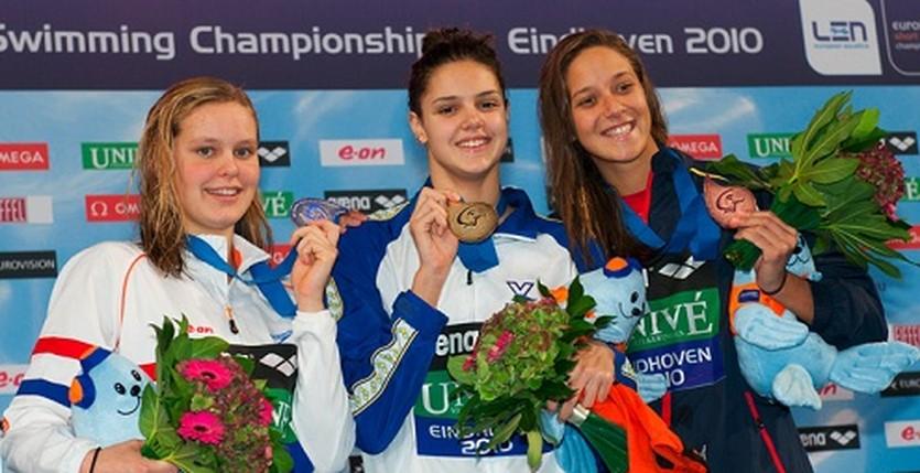 Дарья Зевина (в центре) после победы на 100-метровке. Фото - официальный сайт турнира