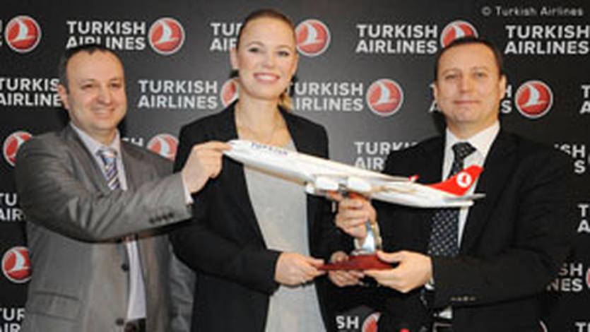 К.Возняцки и представители авиакомпании, фото WTA