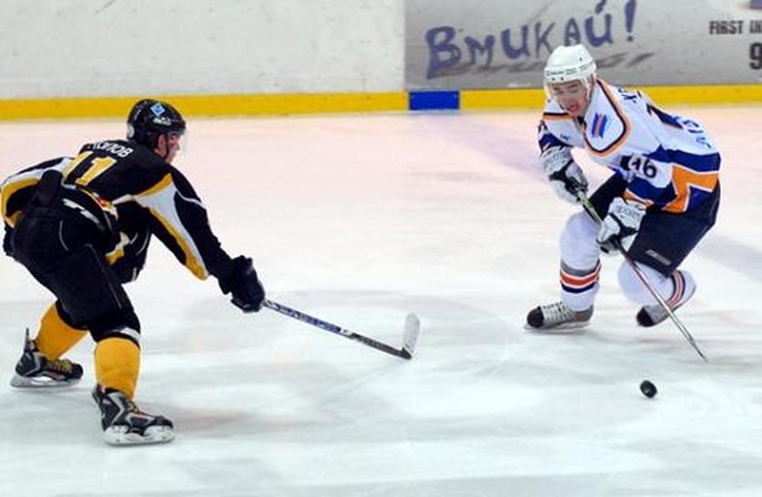 На счету Игоря Кривоноса (с шайбой) два гола и передача. Фото: Валерий Меркулов