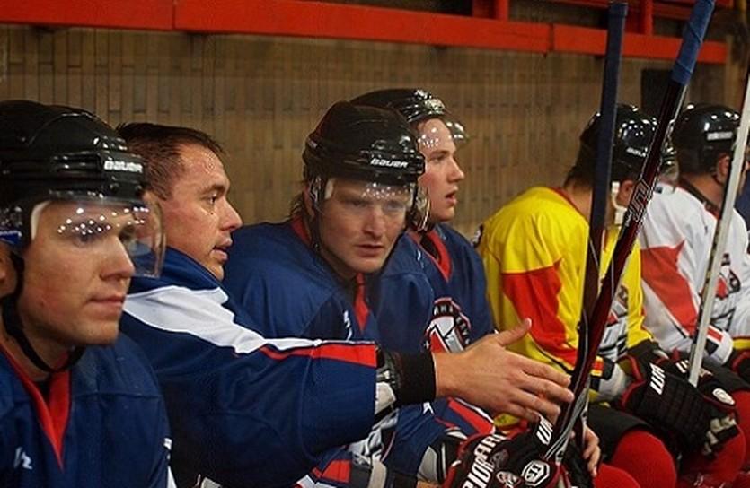 Пятерка Шафаренко (второй слева) на ледовом занятии Донбасса. Фото hcdonbass.com