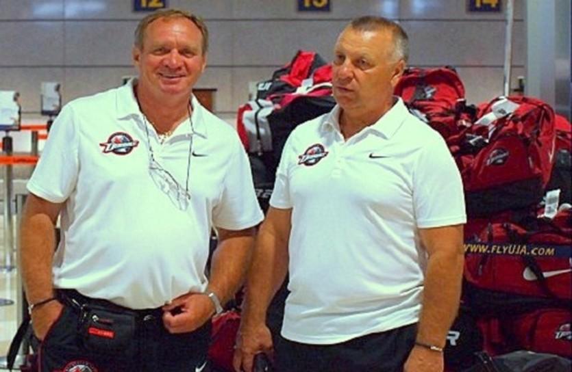 Анатолий Демин (слева) и главный тренер Александр Куликов. Фото hcdonbass.com