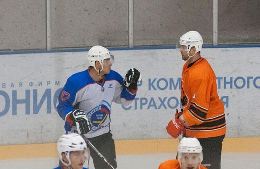 Эпизод матча, после которого завязалась потасовка. Андрей Срюбко - справа. Фото Михаила Воскресенских