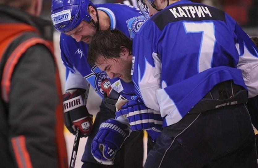 Неприятный эпизод для Константина Рябенко (в центре). Фото iSport.ua
