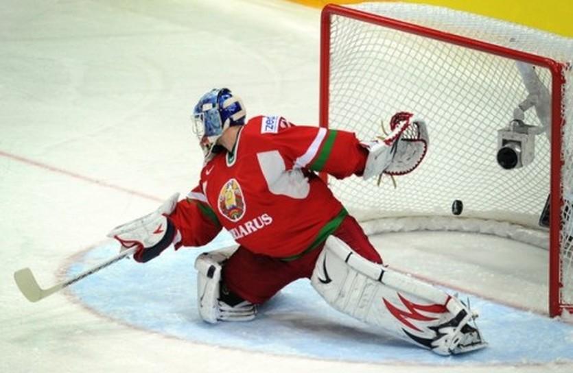 Андрей Мезин пропускает шайбу после броска Аткинсона, Getty Images