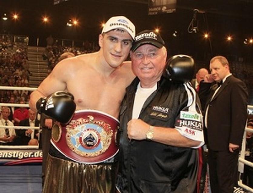 Марко Хук со своим тренером Ули Вегнером, boxen.com